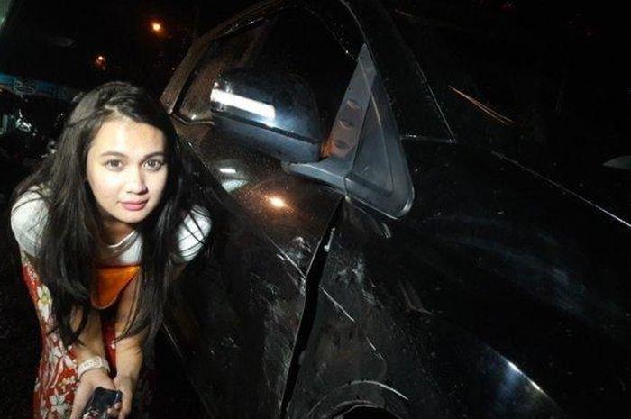 Panik hingga menangis, mobil artis Dea Imut ditabrak sampai ringsek, Senin (3/12/2018)