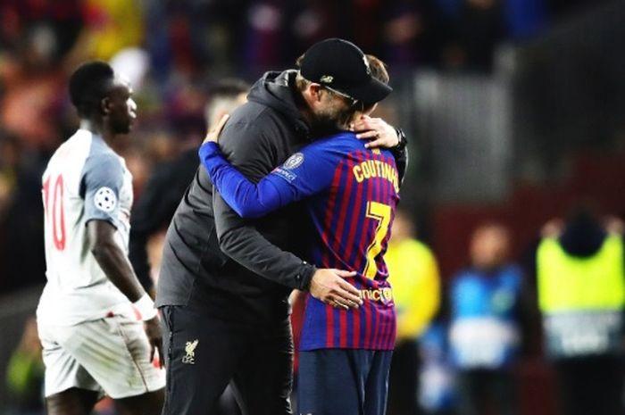 Juergen Klopp memeluk Philippe Coutinho ketika pertandingan Liverpool melawan Barcelona di Stadion Anfield telah usai.