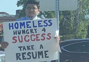 Berdiri di Pinggir Jalan dengan Poster dan Resume untuk Cita-citanya, Pria Ini pun Akhirnya Ditawari 200 Pekerjaan