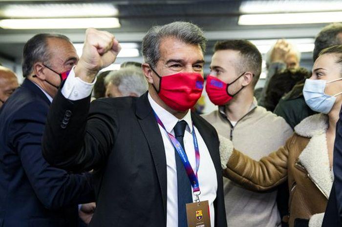 Joan Laporta merayakan kemenangannya di pemilihan presiden ke-14 Barcelona di Stadion Camp Nou pada Minggu (7/3/2021).