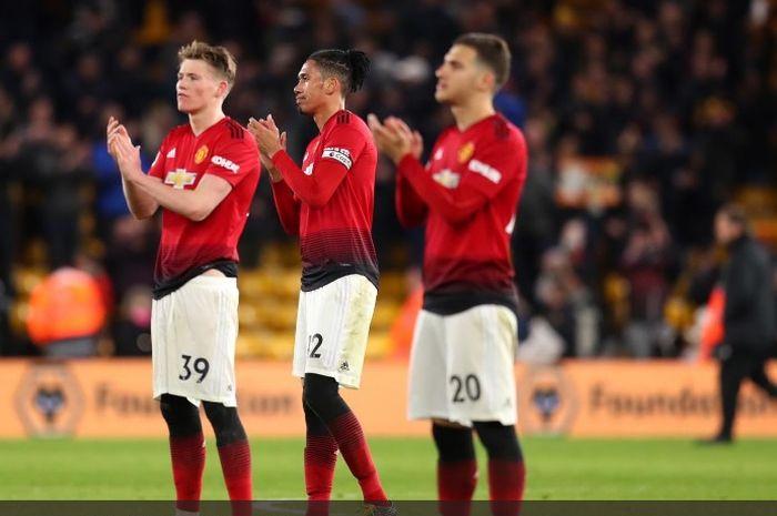 Para pemain Manchester United memberikan tepuk tangan kepada para pendukung usai kekalahan dari Wolverhampton