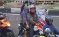 Kocak, Video Pembonceng Wanita Enggak Pakai Helm, Kena Tegur CCTV Malah Linglung