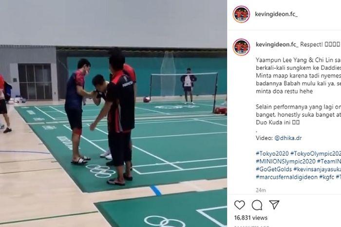 Momen Lee Yang/Wang Chi-lin sungkem kepada Mohammad Ahsan/Hendra Setiawan usai pertandingan semifinal bulu tangkis Olimpiade Tokyo 2020, Jumat (30/7/2021).