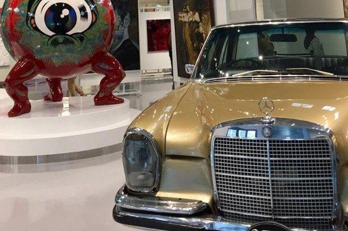 Mercedes-Benz 280S keluaran 1972 ditampilkan bagian samping Tumurun Private Museum, Solo
