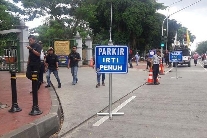 Kawasan parkir IRTI Monas kerap dijadikan tempat parkir oleh PNS