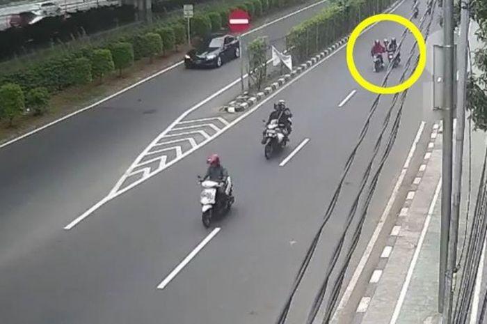 Tangkapan layar CCTV pelaku jambret di Cempaka Putih