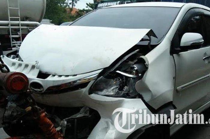 Kondisi mobil ringsek depan belakang akibat kecelakaan beruntun di tol Surabaya