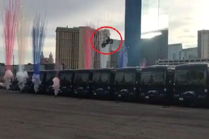 Aksi menantang maut lompati 16 bus