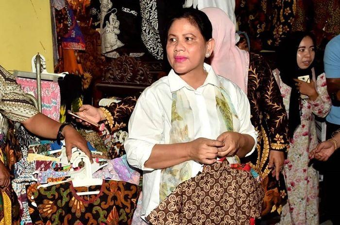 Tak Kalah dari Selvi Ananda dan Kahiyang Ayu, Berikut 4 Gaya Kasual Iriana Jokowi yang Simple dan Fresh.