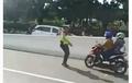 Honda BeAT Lawan Arah, Pengendara Nekat Terobos Cegatan Polisi
