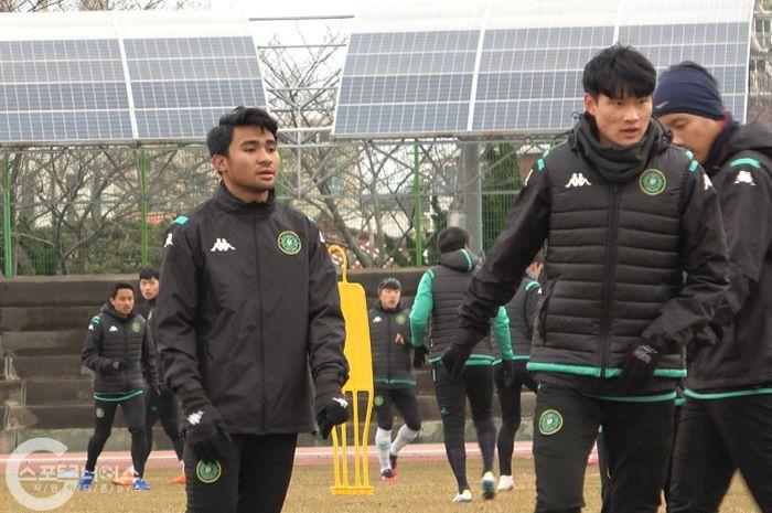 Pemain muda Indonesia, Asnawi Mangkualam telah tiba di Pula Jeju untuk menyusul rekan-rekannya di Ansan Greeners melakukan pemusatan latihan pada Kamis (18/2/2021) sore waktu setempat.
