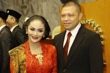 Potret Krisdayanti di hari pelantikan jadi anggota DPR RI didampingi sang suami, Raul Lemos