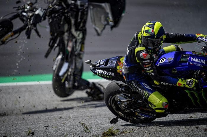 Valentino Rossi dan Maverick Vinales nyaris tertimpa motor pada MotoGP Austria 2020