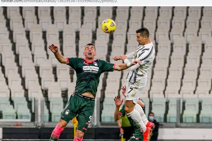 Megabintang Juventus, Cristiano Ronaldo, meninggalkan Filippo Inzaghi usai membuat brace ke gawang Crotone.