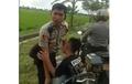 Bocah Merengek Peluk Motor Tak Mau Lepas, Polisi Cuek Tanya Surat
