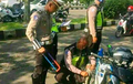 Pemotor Gelagapan Lihat Razia, Dikejar Polisi Sampai Jatuh