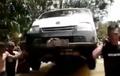 Daihatsu Gran Max Kayak Raja, Dibopong Pundak Takut Kena Banjir
