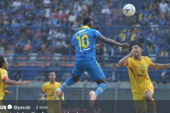 Lompatan striker Persib, Ezechiel N'Douassel di antara duo pilar bertahan Bhayangkara FC, Jajang Mulyana (kanan) dan M Fatchu Rochman pada pekan keenam Liga 1 2019 di Stadion Si Jalak Harupat, Soreang, Kabupaten Bandung pada 30 Juni 2019.