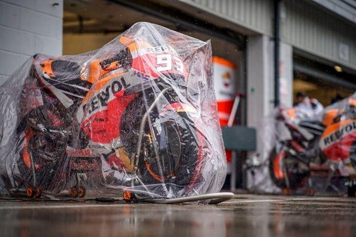 Ilustrasi MotoGP Inggris 2018. Kondisi paddock Marc Marquez sampai motor dipasang mantel plastik