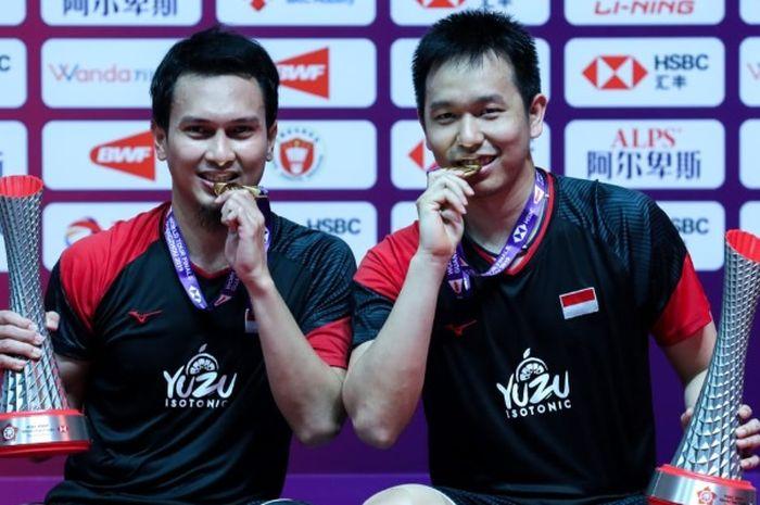 Pasangan ganda putra Indonesia, Mohammad Ahsan/Hendra Setiawan berhasil meraih gelar ketiganya dalam BWF World Tour Finals 2019 setelah menumbangkan Hiroyuki Endo/Yuta Watanabe (Jepang) di Tianhe Gymnasium, Guangzhou, China, Minggu (15/12/2019).