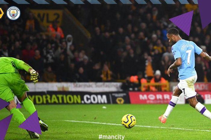 Penyerang Manchester City, Raheem Sterling, menjebol gawang Wolverhampton Wanderers dalam laga Liga Inggris di Molineux Stadium, Kamis (27/12/2019).