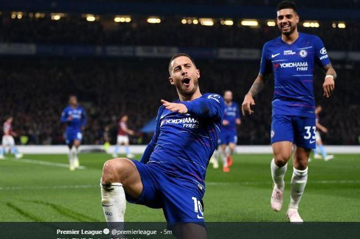 Winger Chelsea, Eden Hazard, merayakan golnya dengan Emerson Palmieri dalam laga pekan ke-33 Liga Inggris kontra West Ham United di Stadion Stamford Bridge, 8 April 2019.