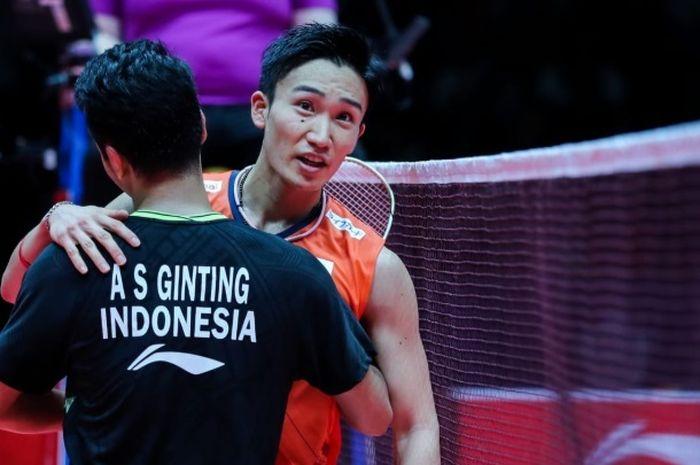 Pebulu tangkis tunggal putra Indonesia, Anthony Sinisuka Ginting, dan Kento Momota saling berpelukan seusai menjalani laga final BWF World Tour Finals 2019 di Tianhe Gymnasium, Guangzhou, China, Minggu (15/12/2019).
