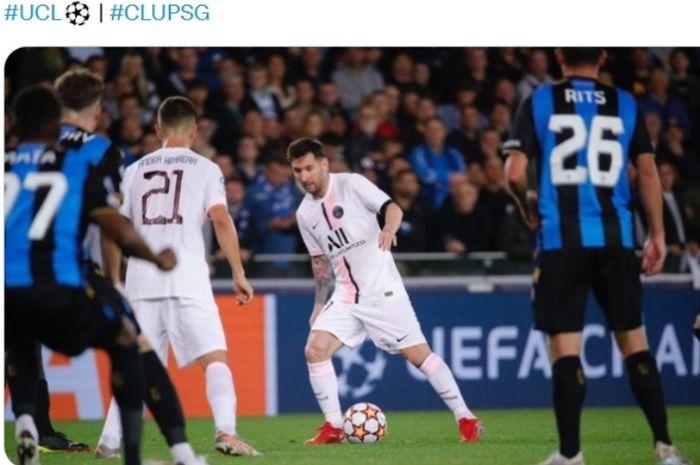 Aksi megabintang PSG, Lionel Messi, dalam laga mealwna Club Brugge.