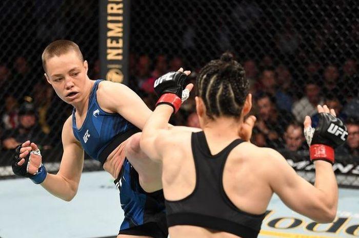 Momen, Rose Namajunas (kiri) melepaskan tendangan maut ke arah kepala, Zhang Weili pada UFC 261 (25/4/2021) WIB.