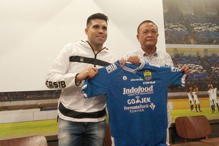 Komisaris Utama PT Persib Bandung Bermartabat (PBB) Zaenuri Hasyim saat memperkenalkan Fabiano Beltrame sebagai amunisi baru Persib di Graha Persib pada Sabtu (23/3/2019).
