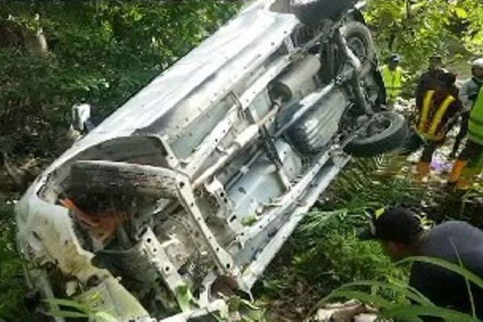 Sebuah minibus terjungkal dan tertahan di bibir jurang, sopir dan 6 penumpangnya dievakuasi ke rumah sakit(KOMPAS.Com)