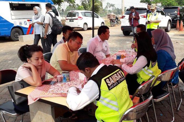 Sejumlah penunggak pajak mengurus pembayaran saat terkena razia di daerah Penjaringan, Jakarta Utara
