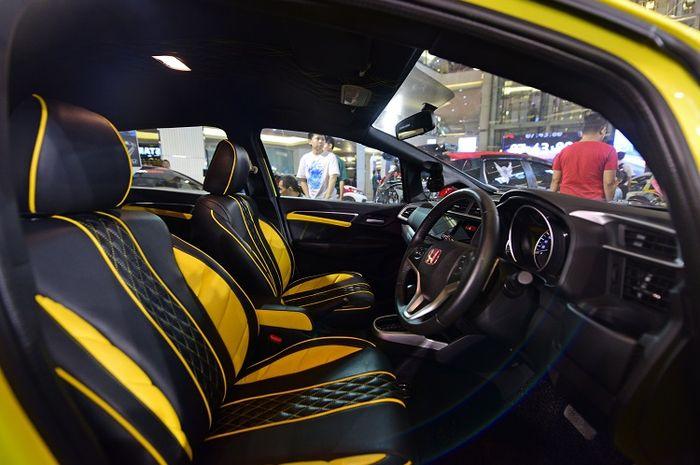 Kombinasi hitam dan kuning dengan bahan MBtech mewarnai interior