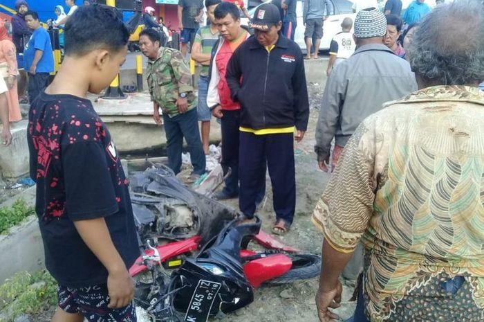 Bangkai motor yang bekas ditabrak kereta api jurusan Jakarta-Surabaya di Desa Kuwaron, Kecamatan Gub