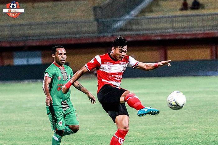 Winger Madura United, Alfath Fathier, mendapatkan pengawalan dari pemain Kalteng Putra, Ferinando Pahabol, pada pertandingan pekan ke-17 Liga 1 2019 di Stadion Gelora Madura Ratu Pamelingan (GMRP), Madura, Minggu (1/9/2019).