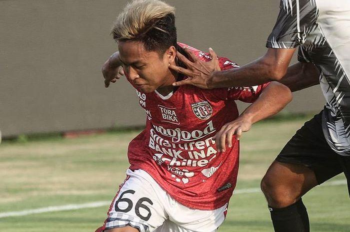 Pemain Bali United, Fahmi Al Ayyubi, saat berduel dengan pemain Boavista FC pada laga uji coba di Stadion Kapten I Wayan Dipta, Bali, pada 13 April 2019.