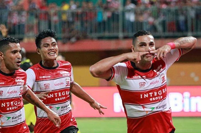 Selebrasi pemain Madura United, Jaimerson (kanan), setelah mencetak gol ke gawang Barito Putera di Stadion Ratu Pamelingan, Pamekasa, Sabtu (29/2/2020).