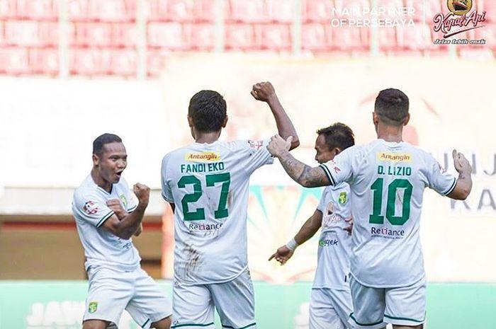 Selebrasi para pemain Persebaya Surabaya setelah Oktafianus Fernando mencetak gol ke gawang Bhayangkara FC di Stadion Patriot, Sabtu (31/8/2019).