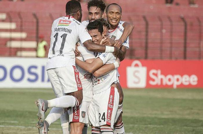 Pemain Bali United merayakan gol yang dicetak Ricky Fajrin ke gawang Kalteng Putra pada pekan keempat Liga 1 2019.