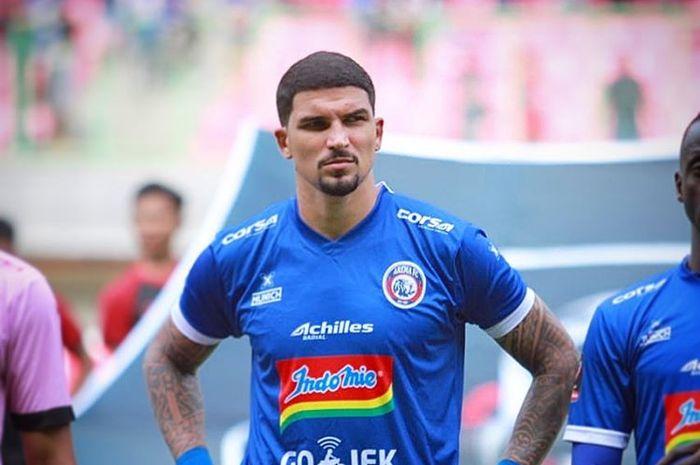 Bek Arema FC, Arthur Cunha, saat tampil di Piala Presiden 2019.