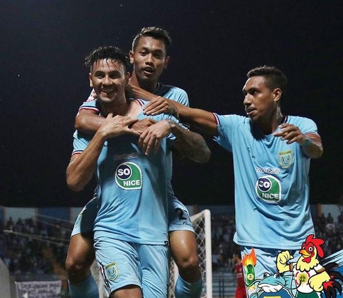 Pemain Persela Lamongan merayakan gol yang dicetak oleh Alex dos Santos Goncalves ke gawang Kalteng Putra pada pekan kedelapan Liga 1 2019.