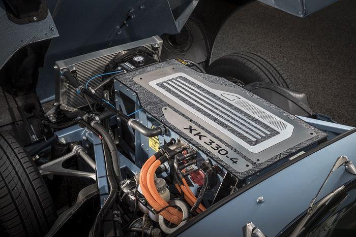 Bobot motor listrik dan baterainya dibikin sama dengan bobot mesin XK aslinya, supaya feeling berkendaranya tetap sama