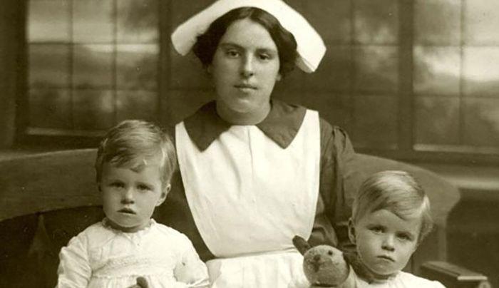 Dr. A. William Frankland bersama ibu dan kembarannya.