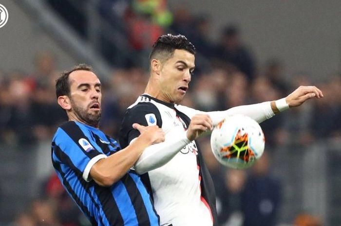 Megabintang Juventus, Cristiano Ronaldo, berduel dengan Diego Godin dalam laga kontra Inter Milan di Giuseppe Meazza, Minggu (6/10/2019).