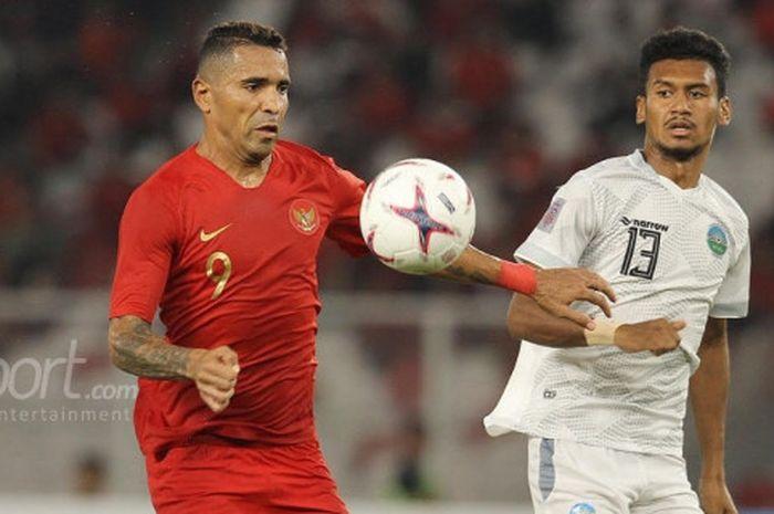 Penyerang timnas Indonesia, Alberto Goncalves dijaga ketat pemain timnas Timor Leste, Gumario Morei