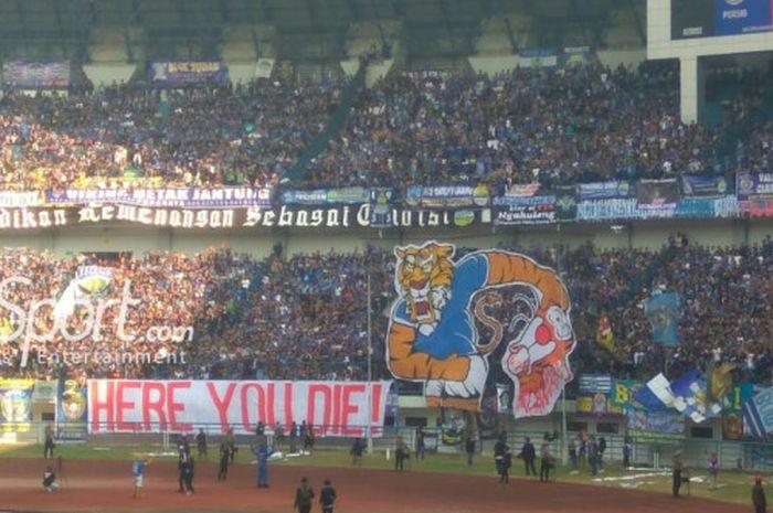 Koreografi bobotoh pada laga Persib Bandung kontra Persija Jakarta di Stadion Gelora Bandung Lautan