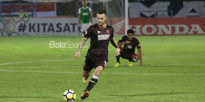 Pemain PSM Makassar, Marc Klok, beraksi pada laga Liga 1 2018 kontra Madura United di Stadion A