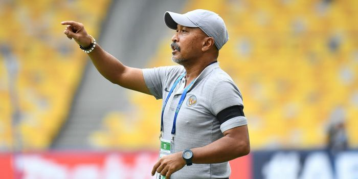 Fakhri Husaini memberi instruksi kepada para pemain pada laga Timnas U-16 Indonesia vs Australia dalam perempat final Piala Asia U-16 2018, 1 Oktober 2018.