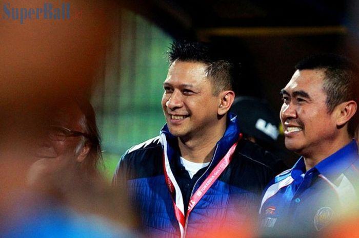 CEO Arema Cronus, Iwan Budianto (kiri), bersama Walikota Malang, Mochamad Anton, menyaksikan timnya
