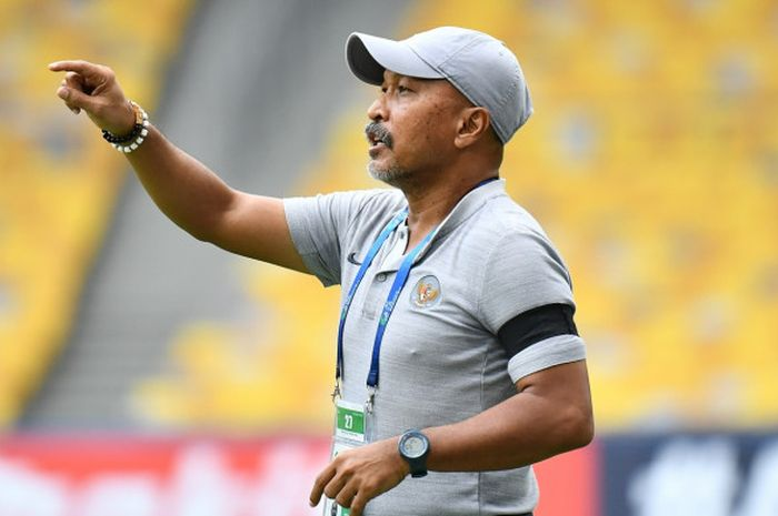 Fakhri Husaini memberi instruksi kepada para pemain pada laga Timnas U-16 Indonesia vs Australia da
